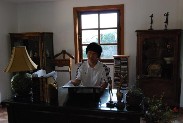 강마에 책상에 앉아서 찍은 사진..